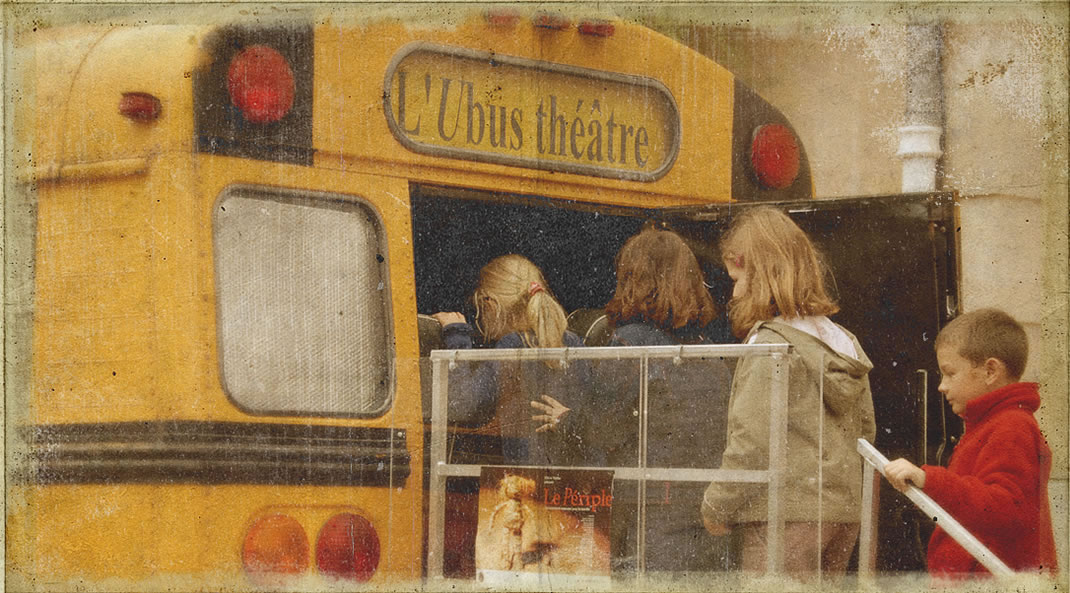 a puppet stage in a yellow school bus - Ubus Theater / Photo : Christopher Manquillet